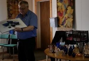 Thomas visar bilder och berättar om glaset han hade med sig
